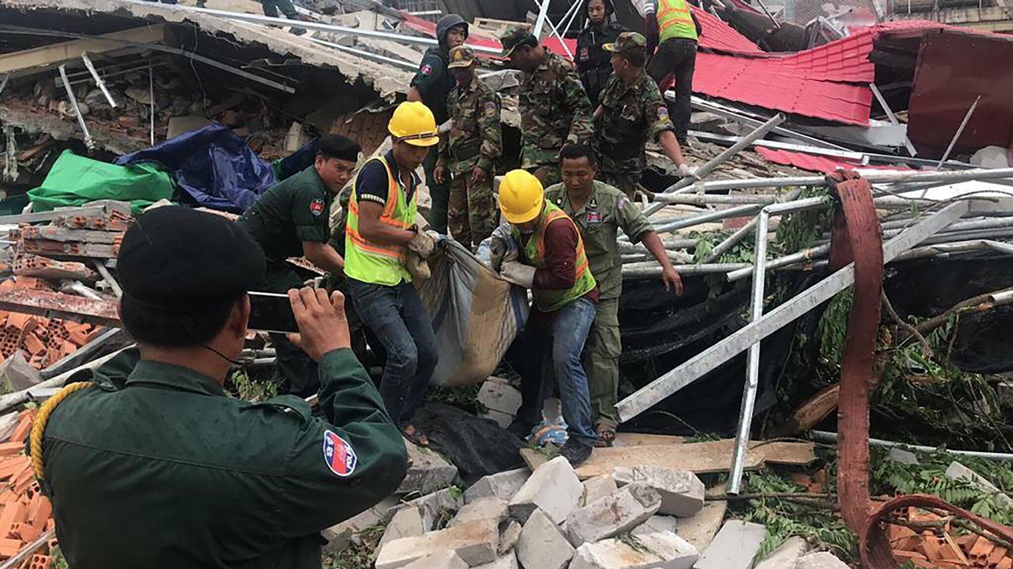 Bild zu Einsturz eines Gebäudes in Kambodscha