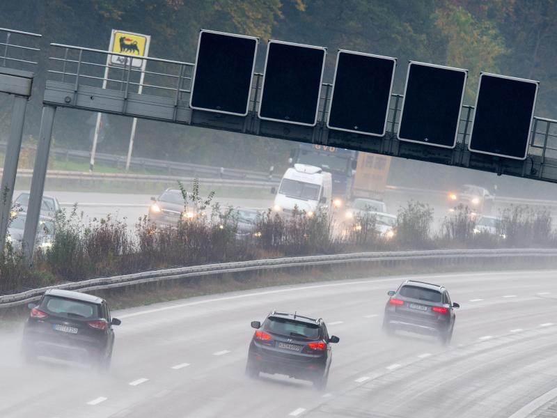 Bild zu Autobahn bei Regen