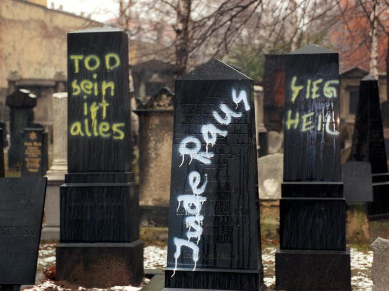 Bild zu Nazischmiererei auf jüdischem Friedhof