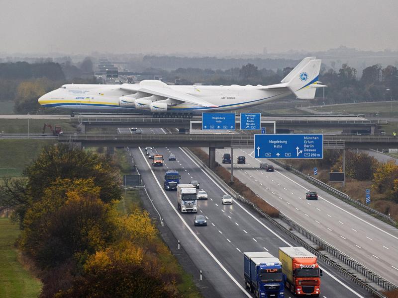 Bild zu Flugzeug im Landanflug
