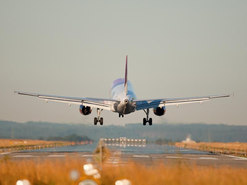 Bild zu Flugzeug hebt ab