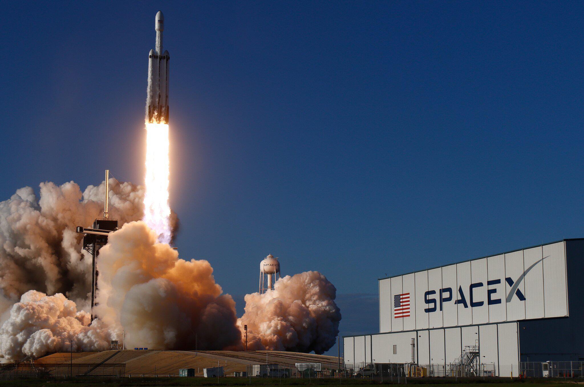 Bild zu US-Unternehmen will mit SpaceX Touristen ins All schiessen