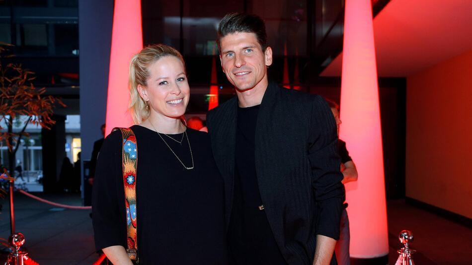 Mario Gomez hat bereits ein zwei Jahre altes Kind mit seiner Frau Carina.