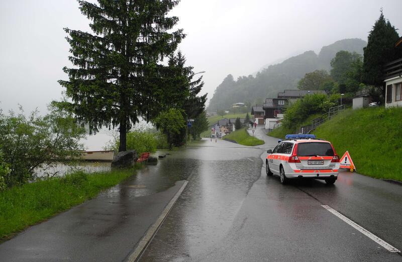 Bild zu Überflutete Kantonsstrasse in Lauerz SZ