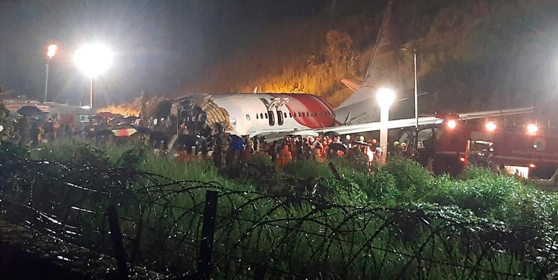 Bild zu Flugzeug bei Landung in Indien verunglückt