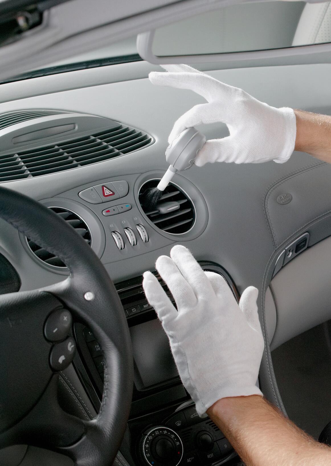 Bild zu Cockpit- und Kunststoffreinigung in Fahrzeugen