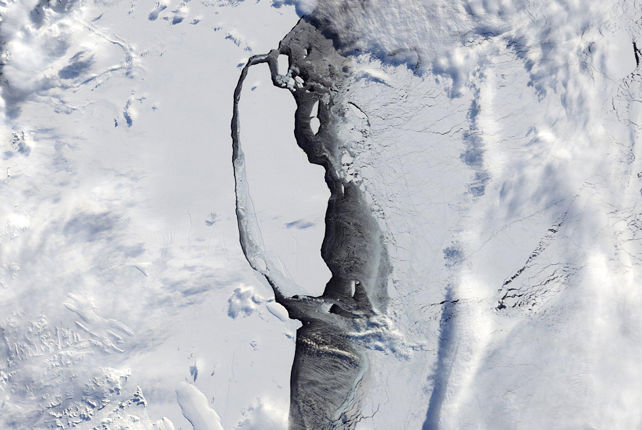Bild zu Eisberg A68 löst sich vom Larsen-C-Schelfeis