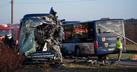 Zwei Schulbusse kollidiert