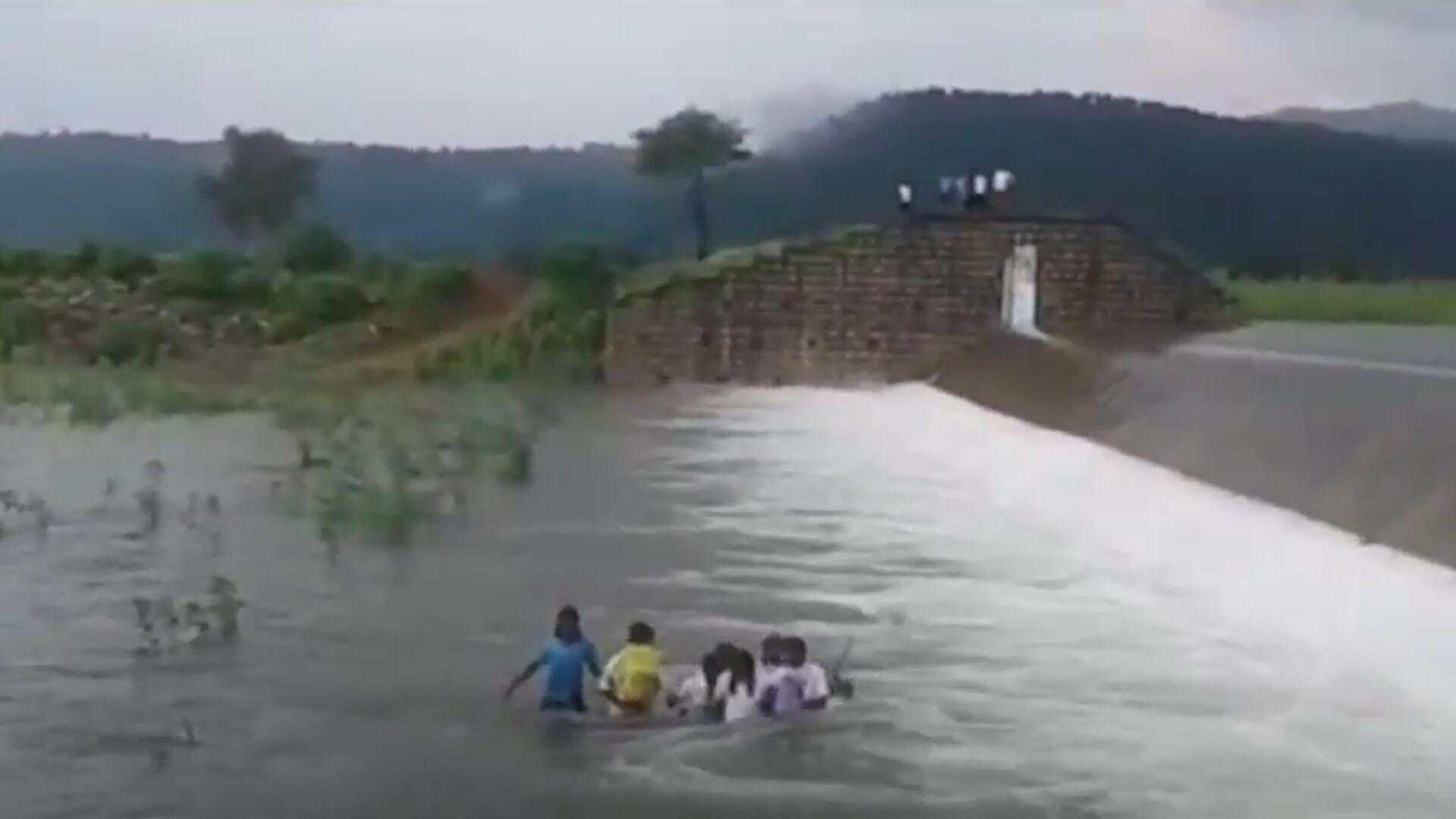 Bild zu Lebensgefährlicher Schulweg: Indische Schülerinnen waten durch reissenden Fluss