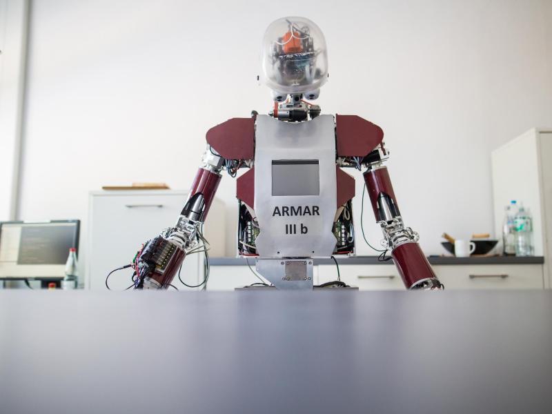 Bild zu Roboter am Schreibtisch