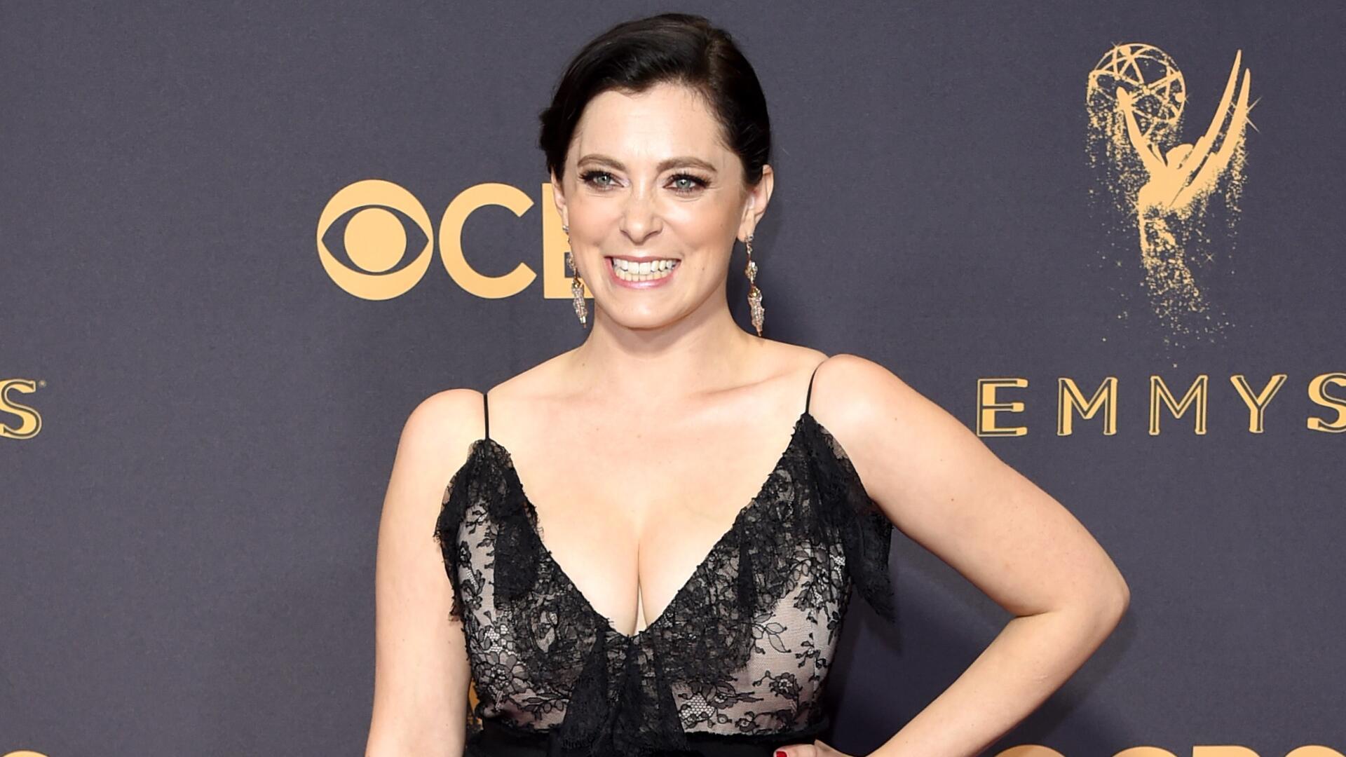 Bild zu Star-Schauspielerin Rachel Bloom kaufte sich ihr Kleid für die Emmy Awards selbst