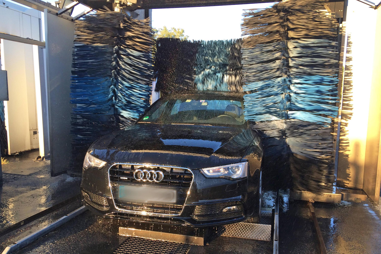Bild zu Auto in der Waschanlage