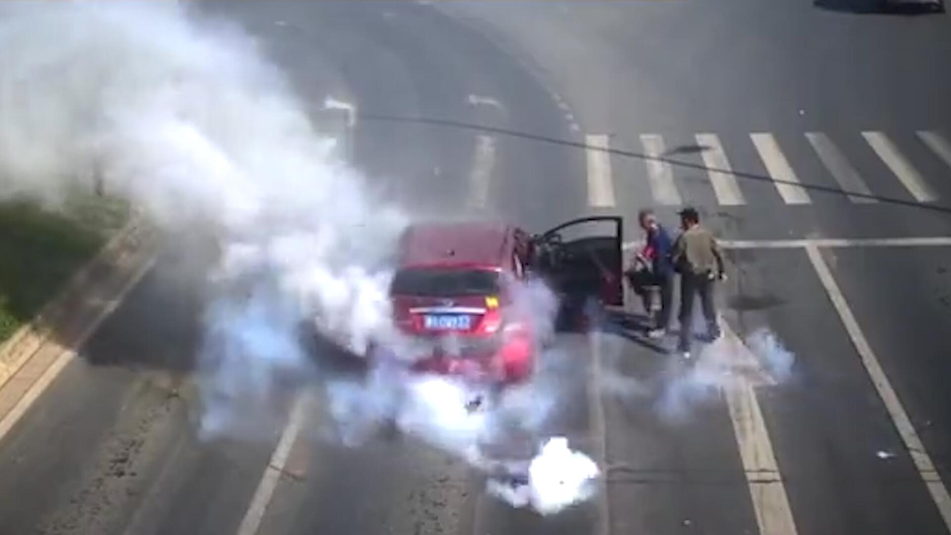 Bild zu Frühstart an der Ampel: Feuerwerkskörper explodieren im Auto
