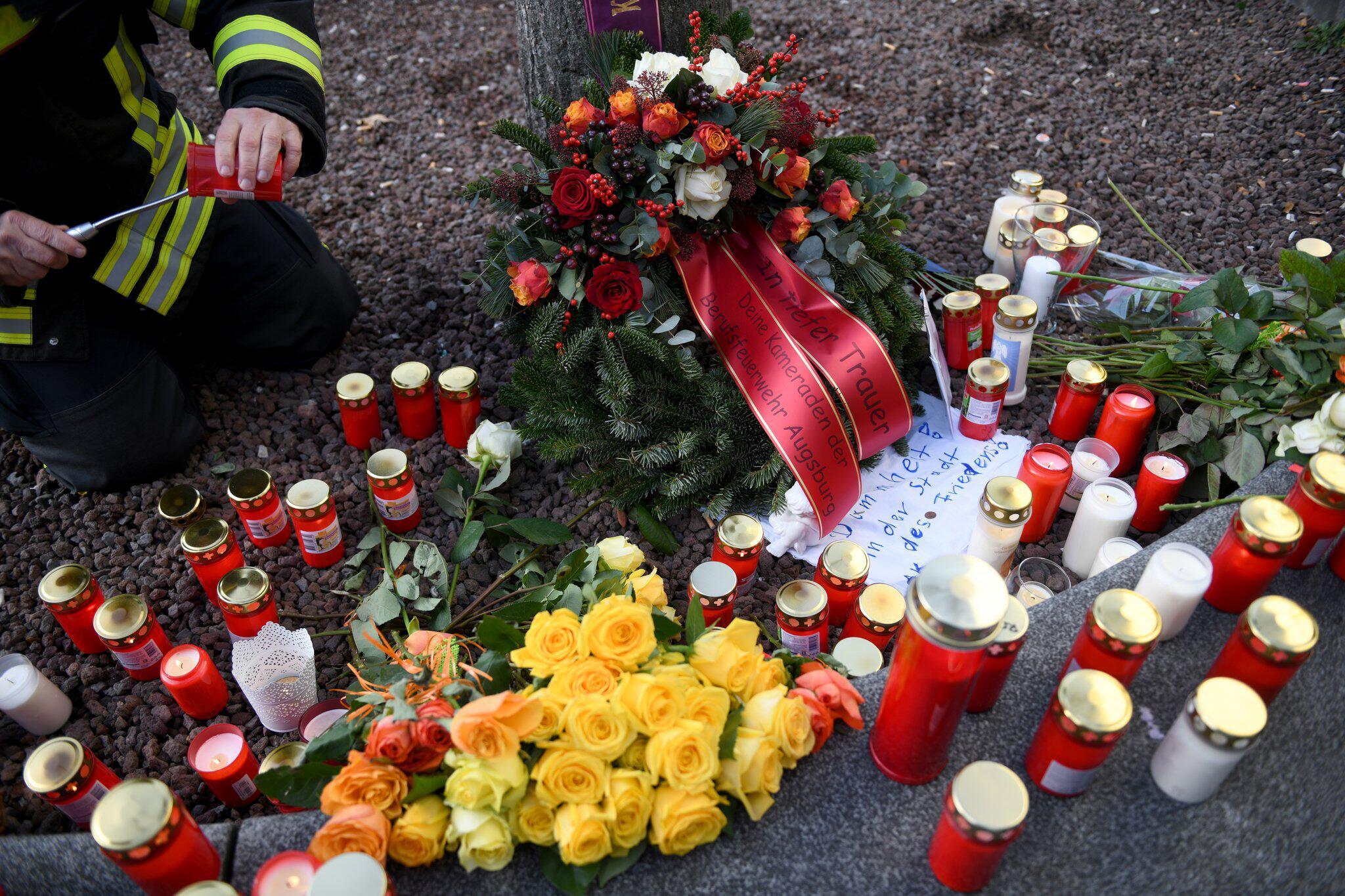 Bild zu Tötungsfall Augsburg - Trauer am Königsplatz