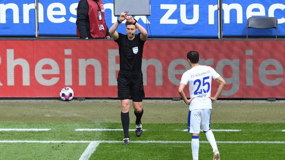 Daniel Siebert revidiert seine Entscheidung beim Tor von Sebastian Andersson.