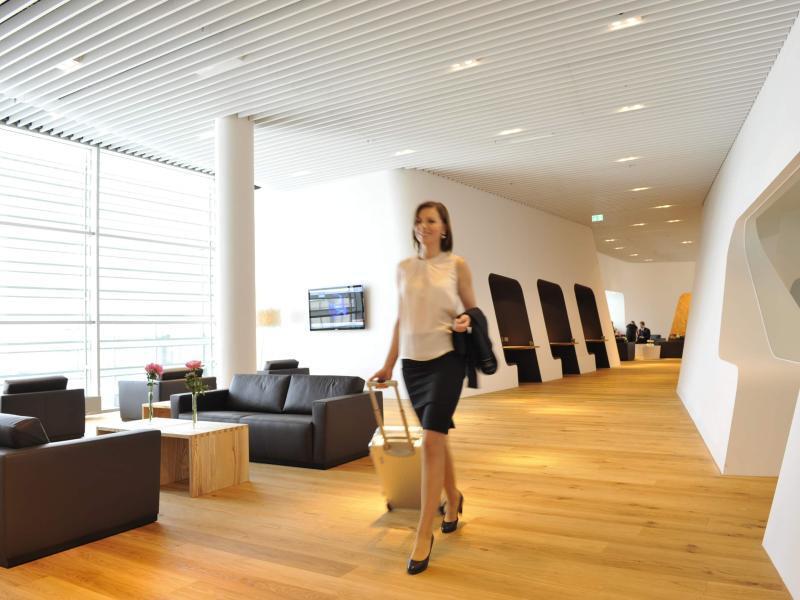 Bild zu Frau in einer VIP-Lounge