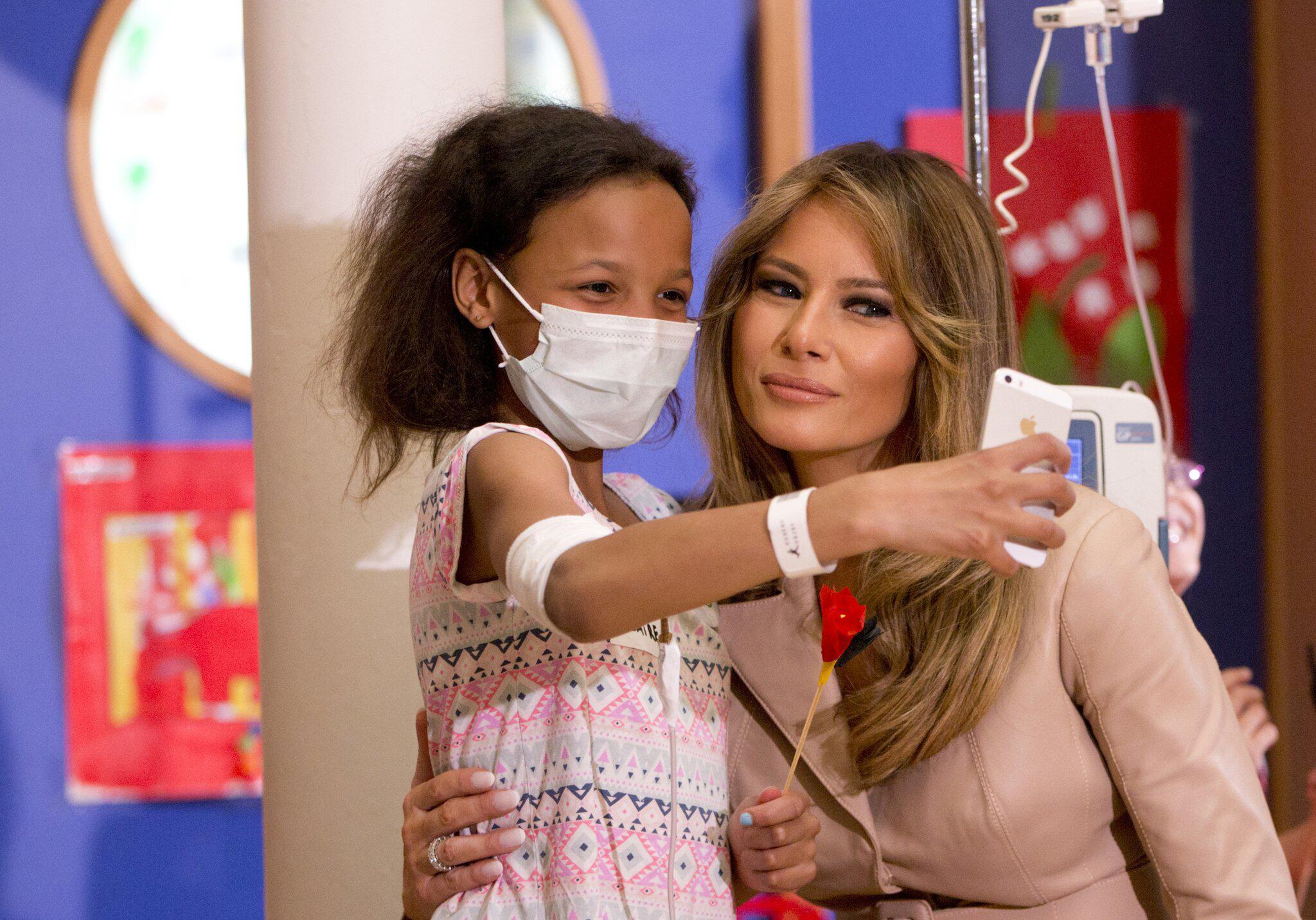 Bild zu Melania Trump besucht Kinderkrankenhaus
