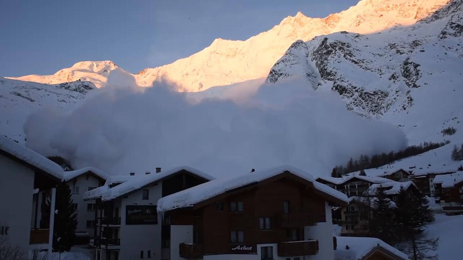Bild zu Riesen-Lawine bedeckt schweizer Ski-Ort Saas-Fee