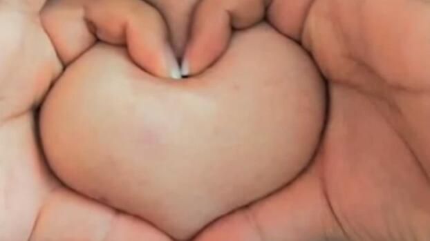 Bild zu Neuer Social-Media-Trend: Brüste in Herzform