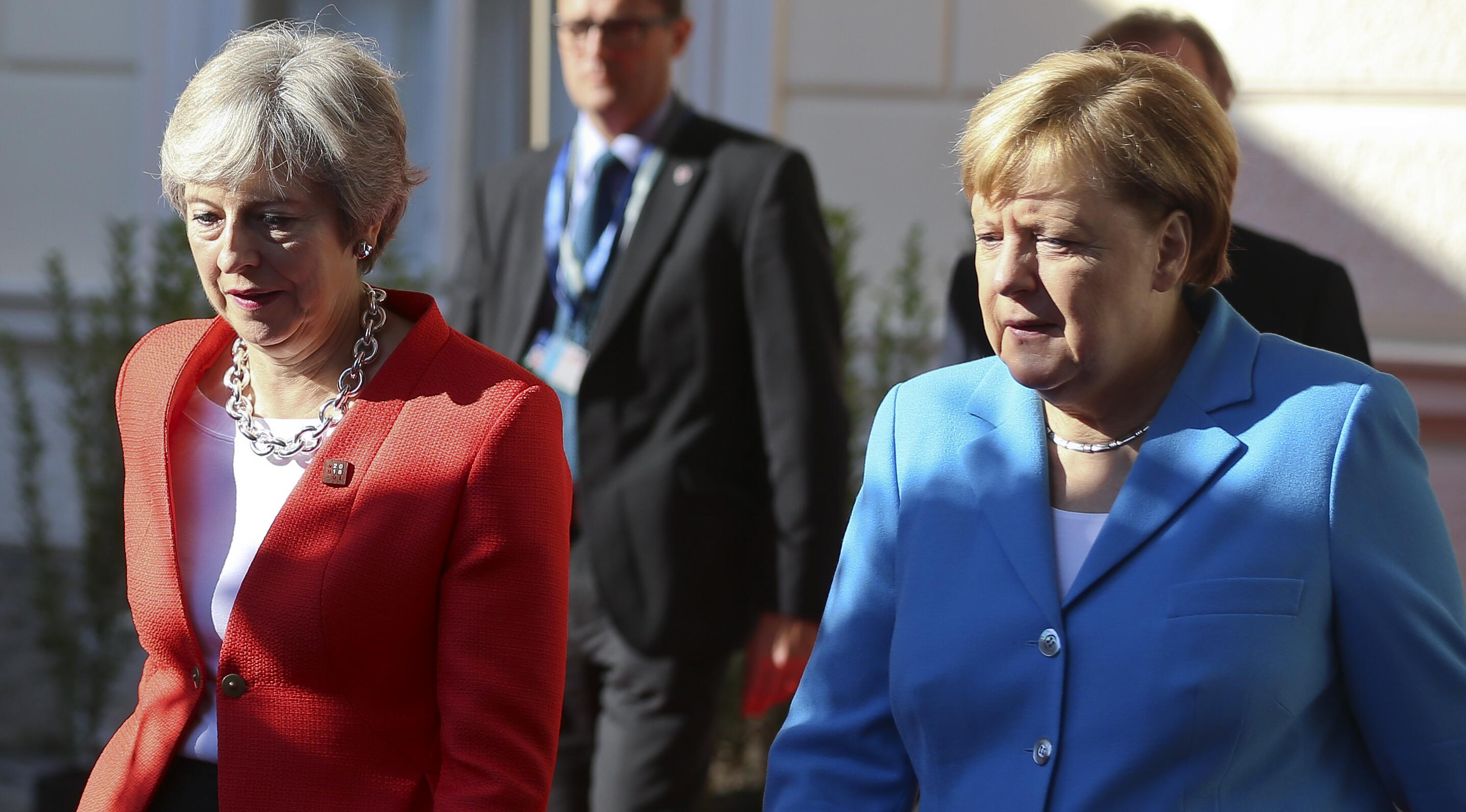 Bild zu Theresa May Angela Merkel
