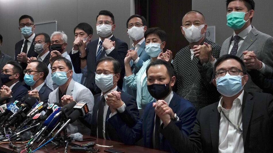 Massenrücktritt von Abgeordneten im Hongkonger Parlament