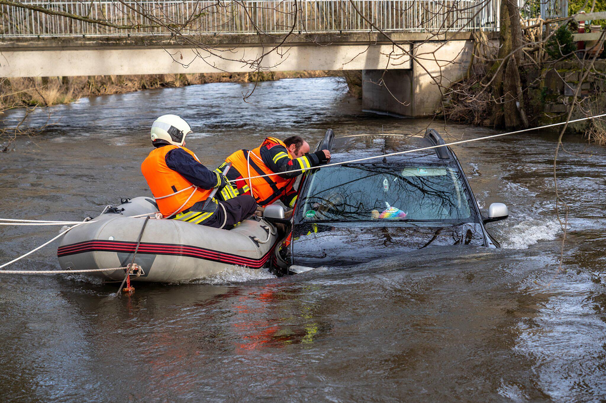 Bild zu Autofahrer fährt in Fluss - Hochwasser überrascht ihn
