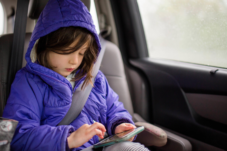Bild zu Mädchen mit Smartphone