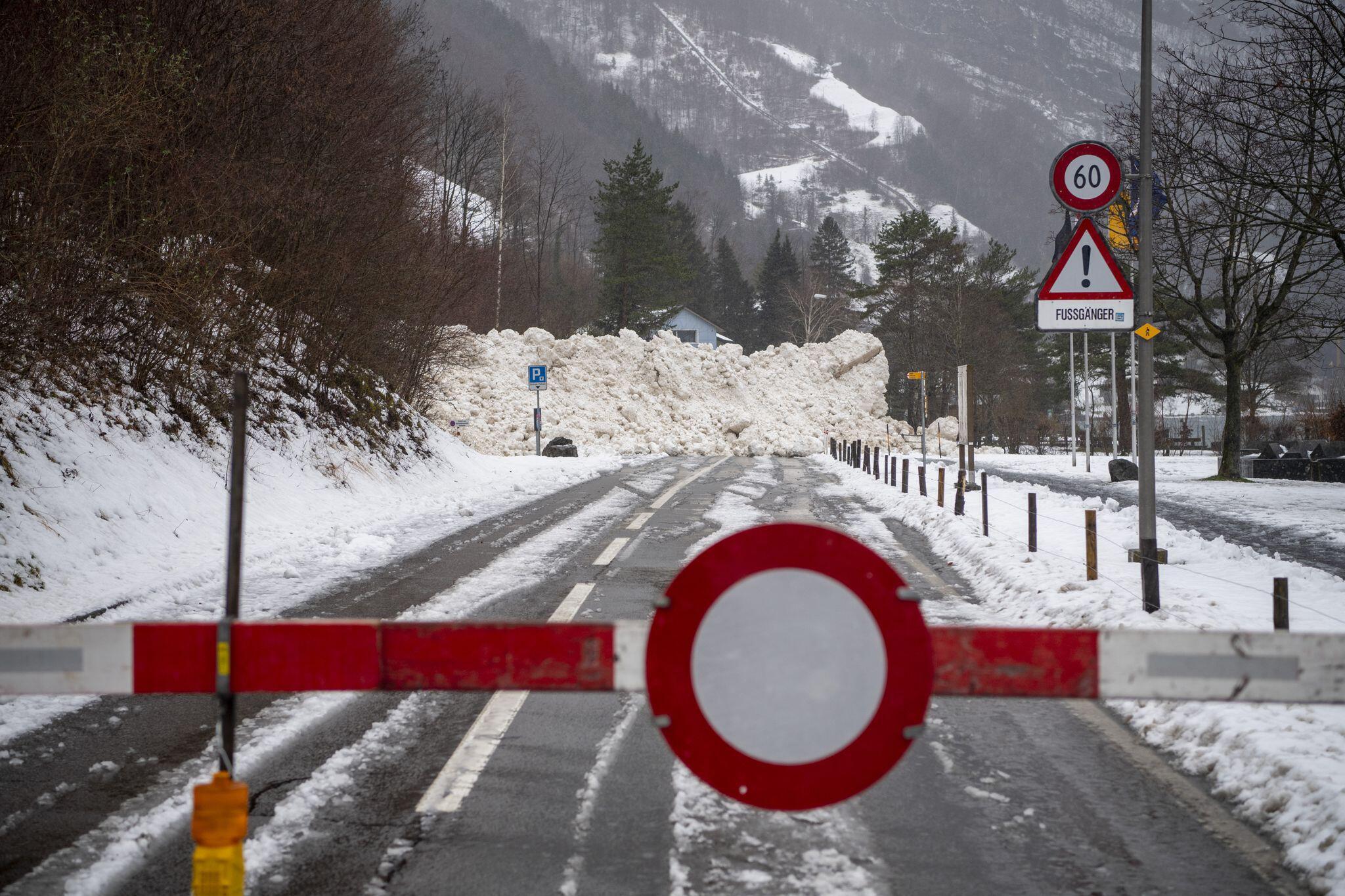 Bild zu Lawine blockiert Kantonstrasse in der Schweiz