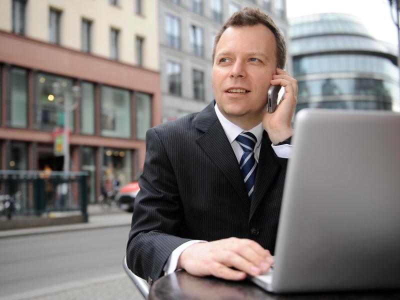 Bild zu Mann mit Laptop im Café