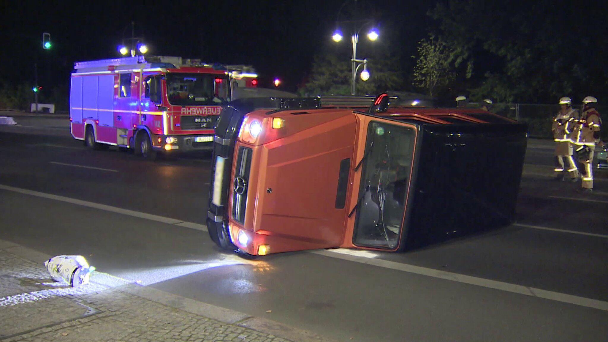 Bild zu SUV kippt nahe Brandenburger Tor auf Strasse des 17. Juni um