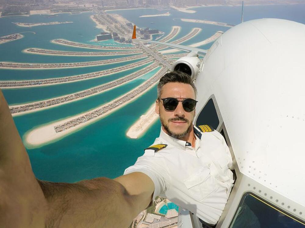 Bild zu Pilot macht völlig verrückte Selfies - direkt aus dem Flugzeug
