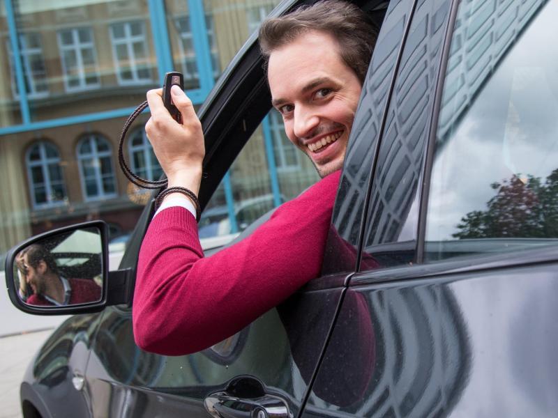 Bild zu Mann sitzt im Auto