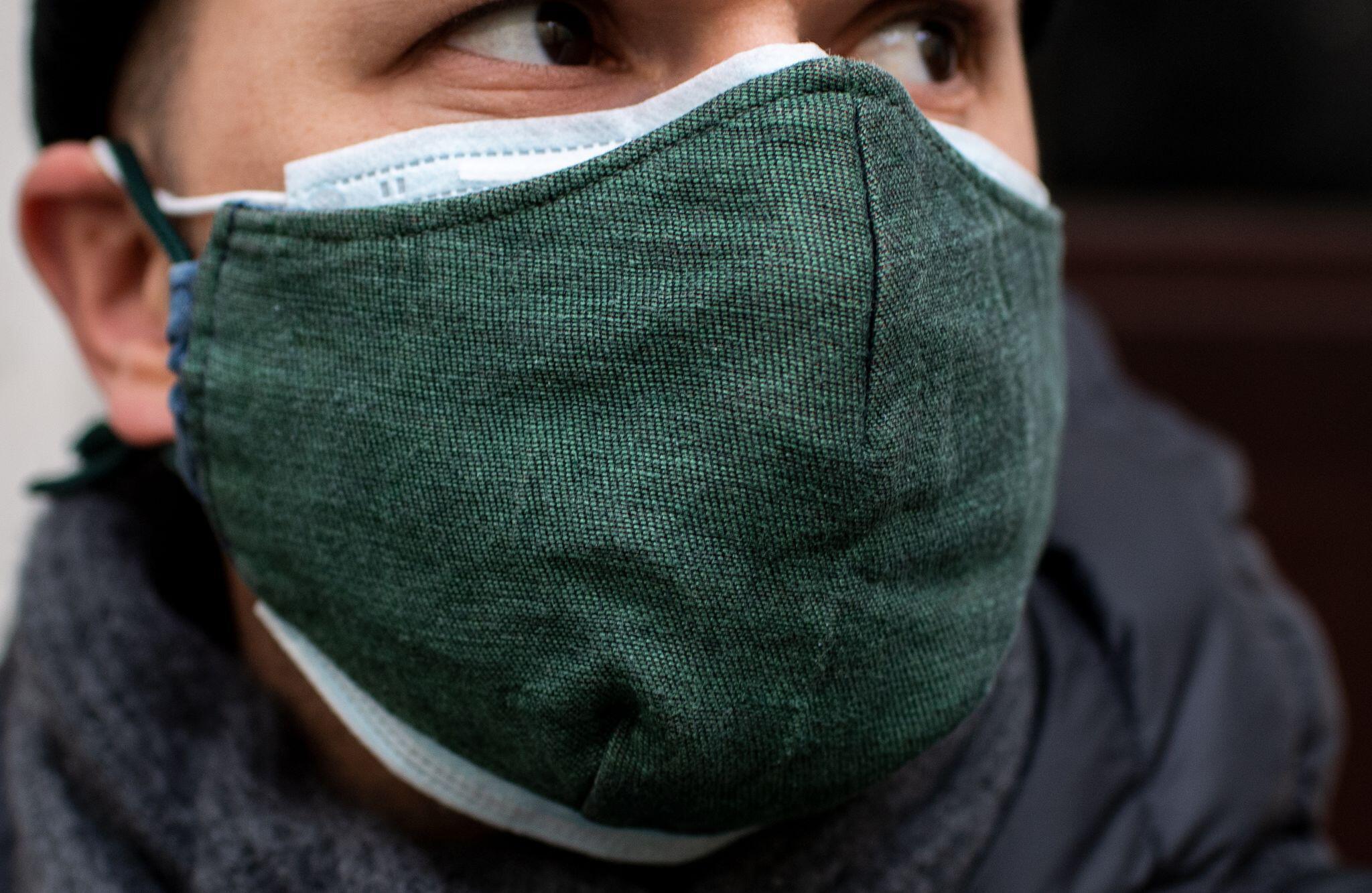 Bild zu Drüberziehen: Wie Alltagsmasken den Schutz von OP-Masken erhöhen