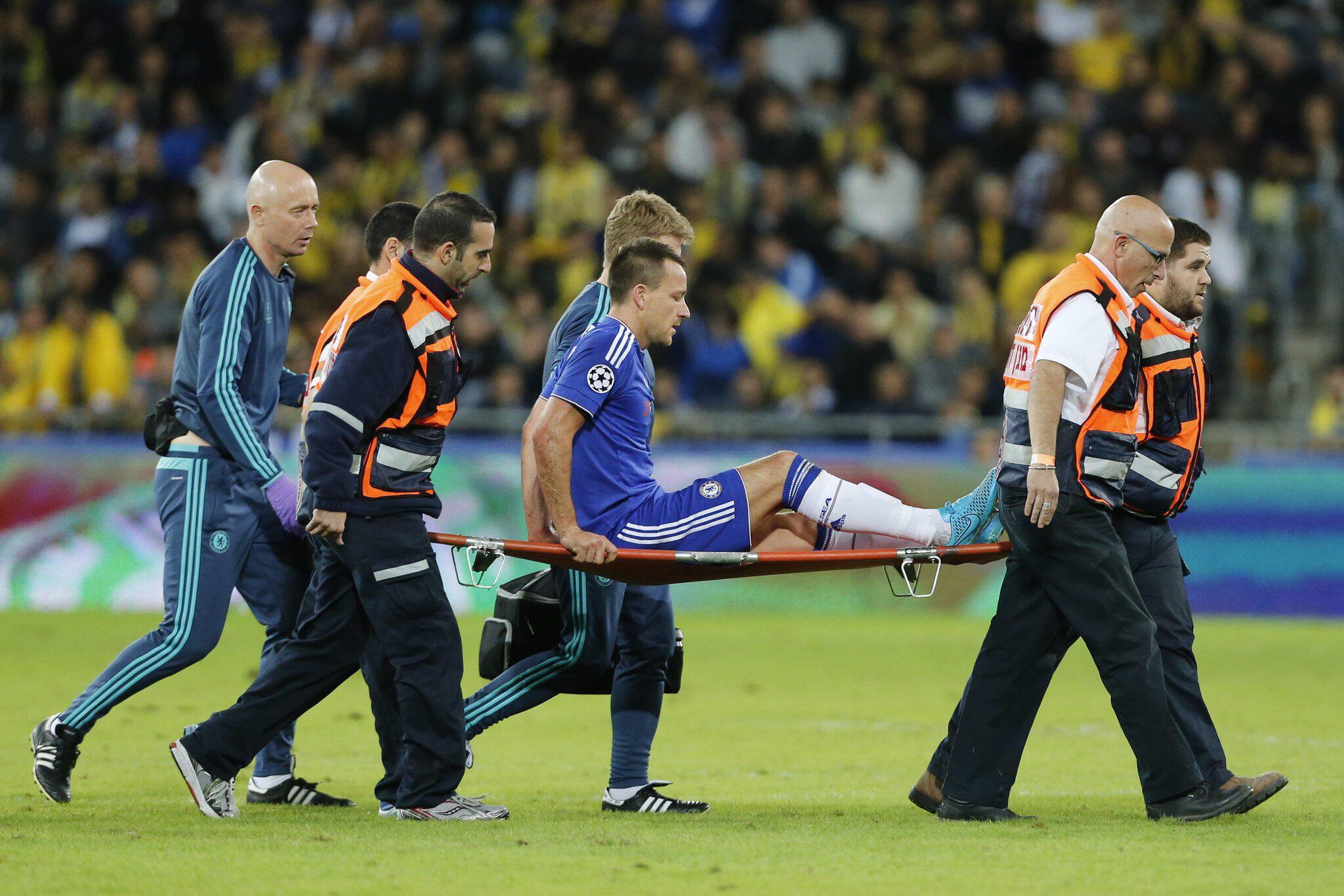 Bild zu Verletzter Fussballer wird vom Platz getragen