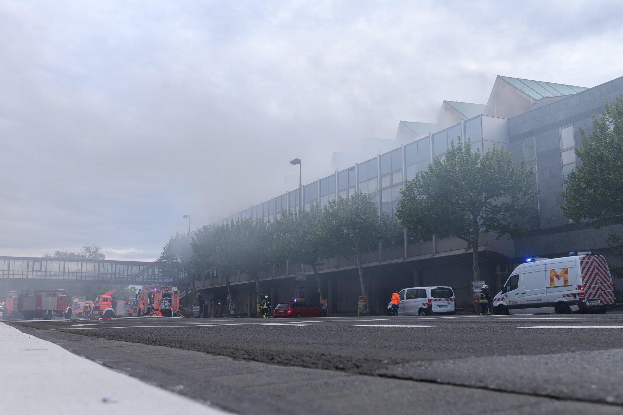 Bild zu Mainzer Rheingoldhalle brennt