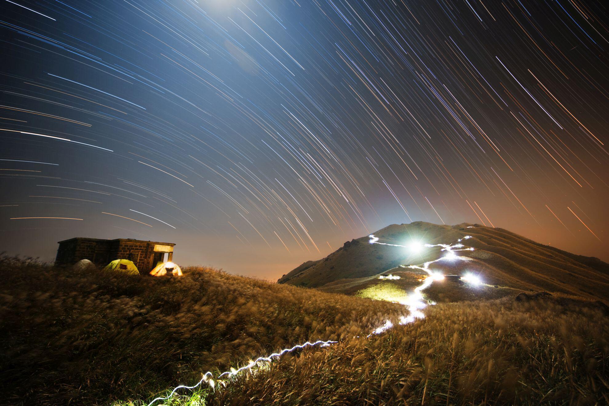 Bild zu Chap Him Wong (Hong Kong) with Sunset Peak Star Trail