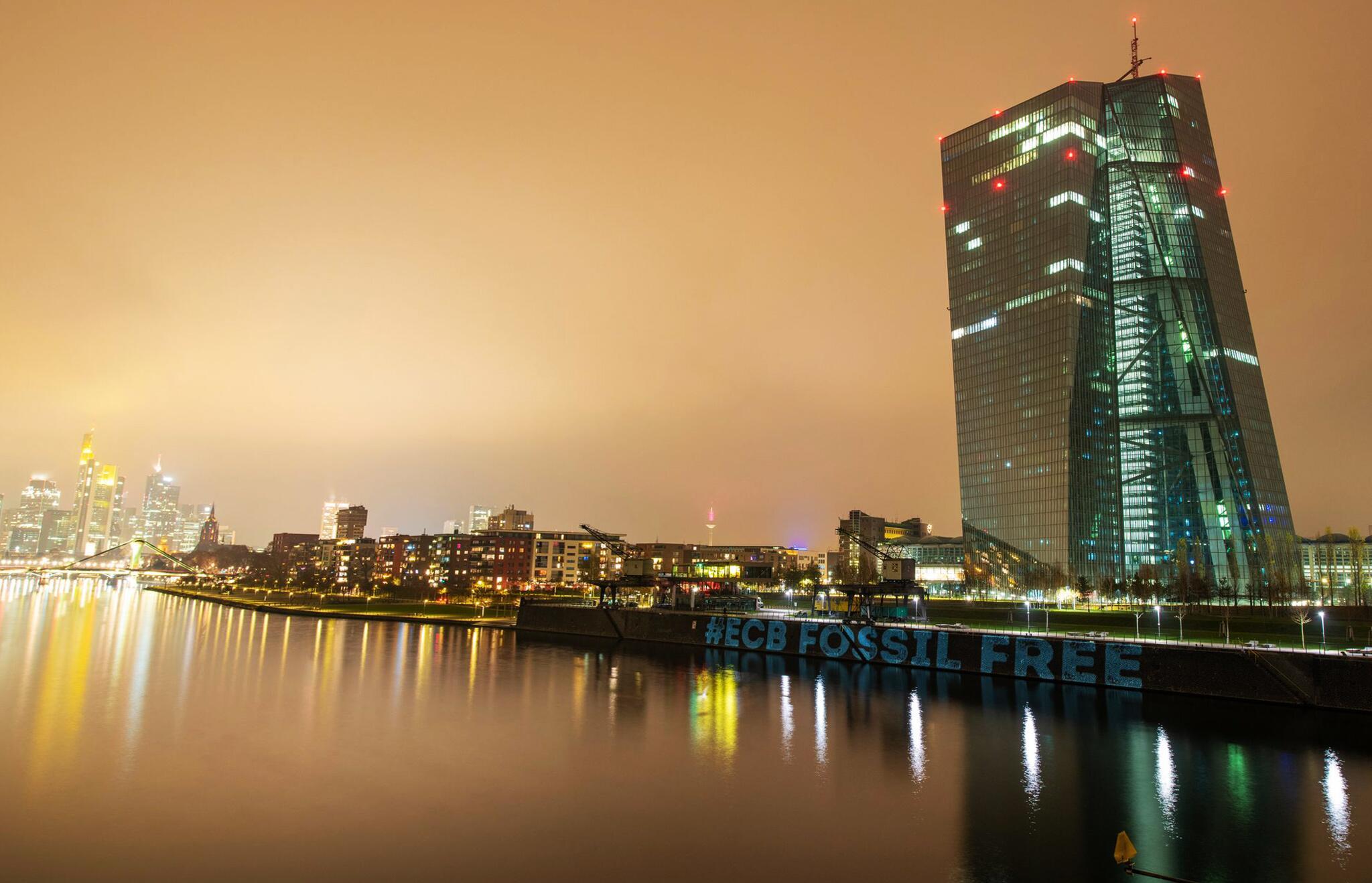 Bild zu Protestaktion gegen Klimapolitik der EZB