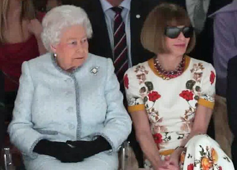 Bild zu Royale Premiere: Queen Elizabeth auf der London Fashion Week