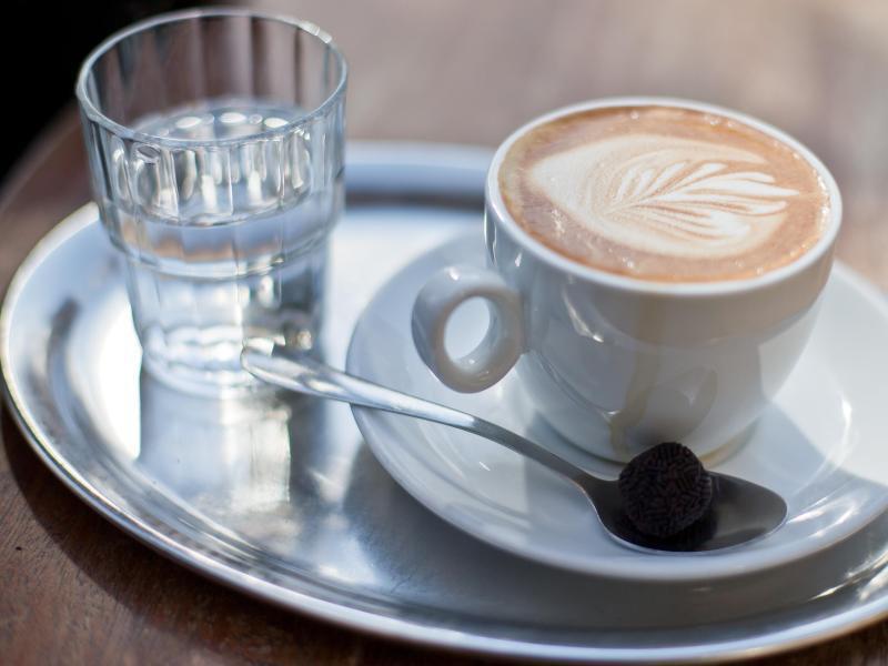Bild zu Cappuccino und Wasser