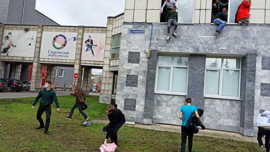 Mann schiesst an Uni in Russland um sich
