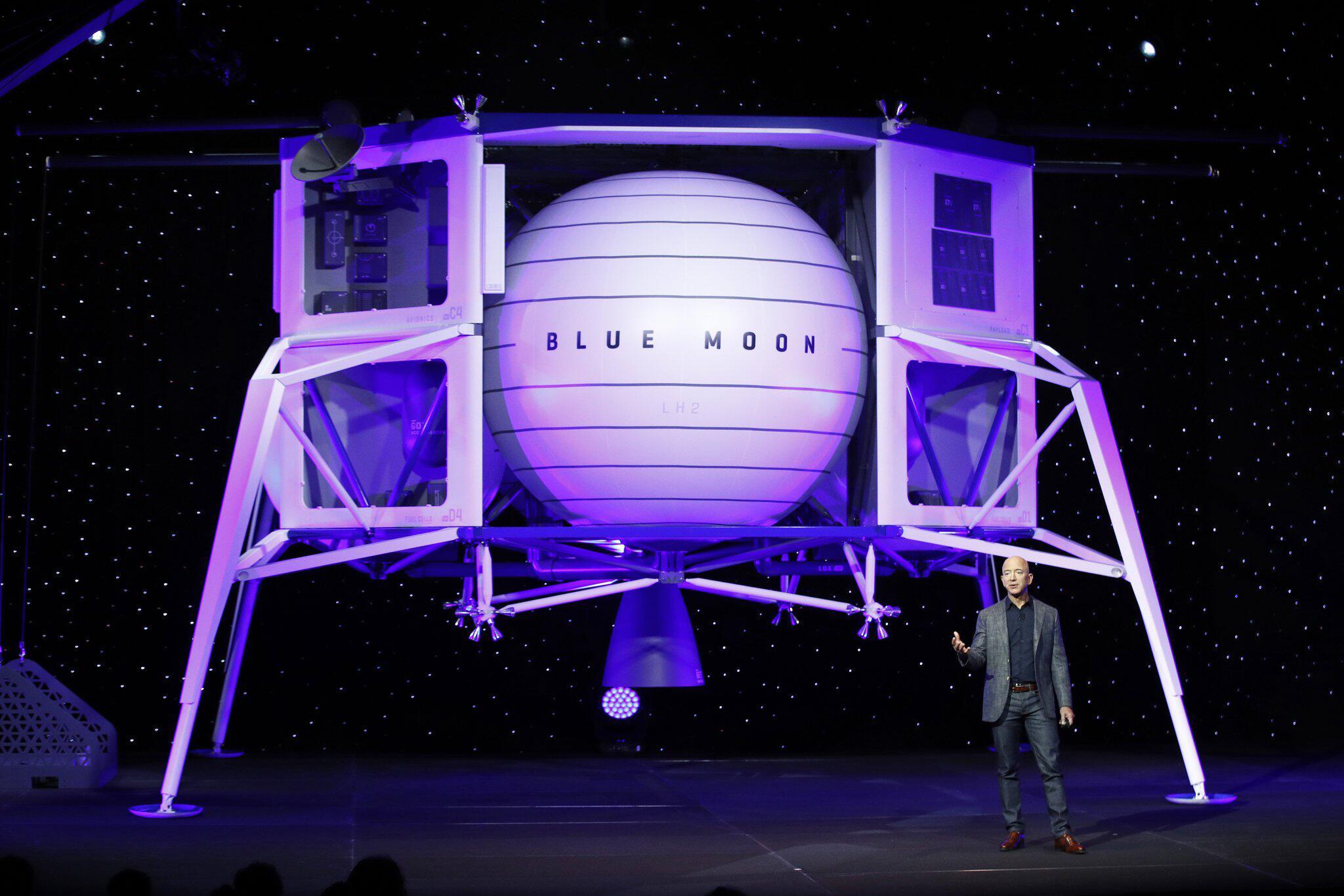 Bild zu Bezos präsentiert Modell einer Mondlandefähre