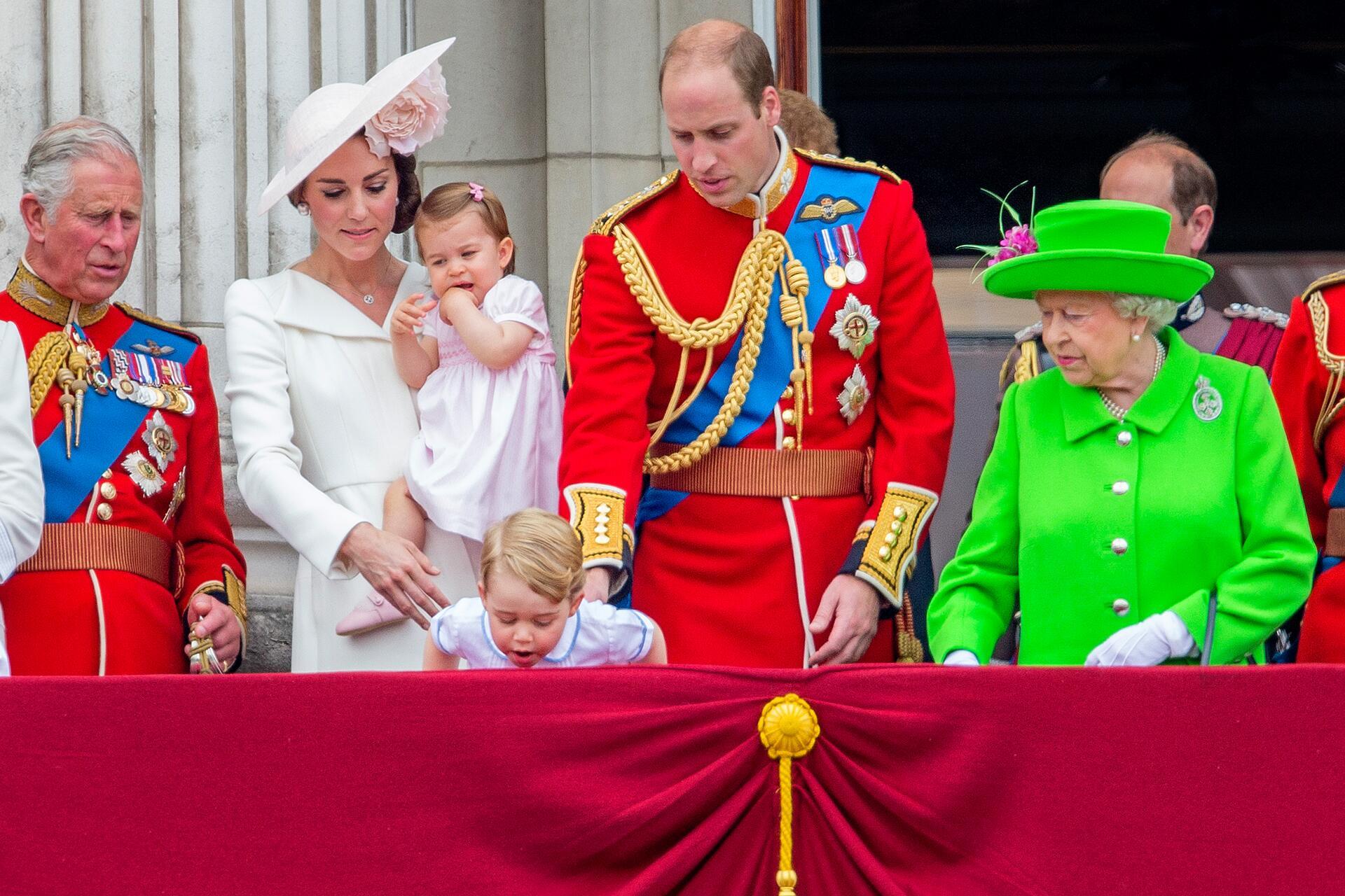 Bild zu Prinz Charles, Prinz William, Herzogin Kate, Prinz George, Prinzessin Charlotte, Queen Elisabeth II