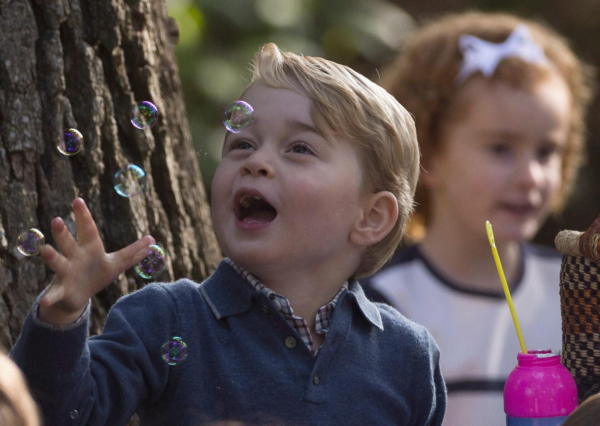Bild zu Prinz George, Seifenblasen