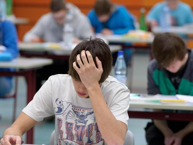 Bild zu Schüler sitzen an Tischen
