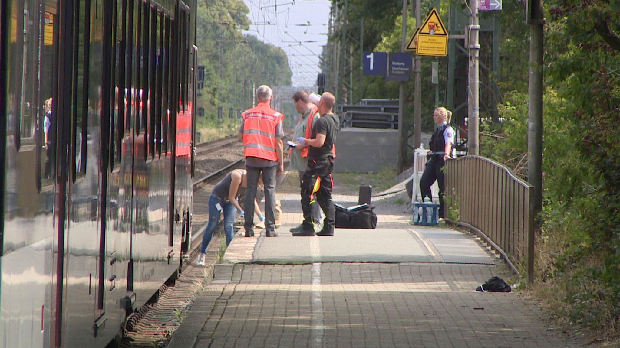Bild zu Mann schubst Frau vor einfahrenden Zug