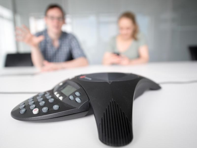 Bild zu Bei einer Telefonkonferenz