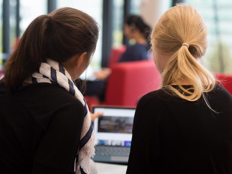 Bild zu Frauen im Gespräch vor einem Computer