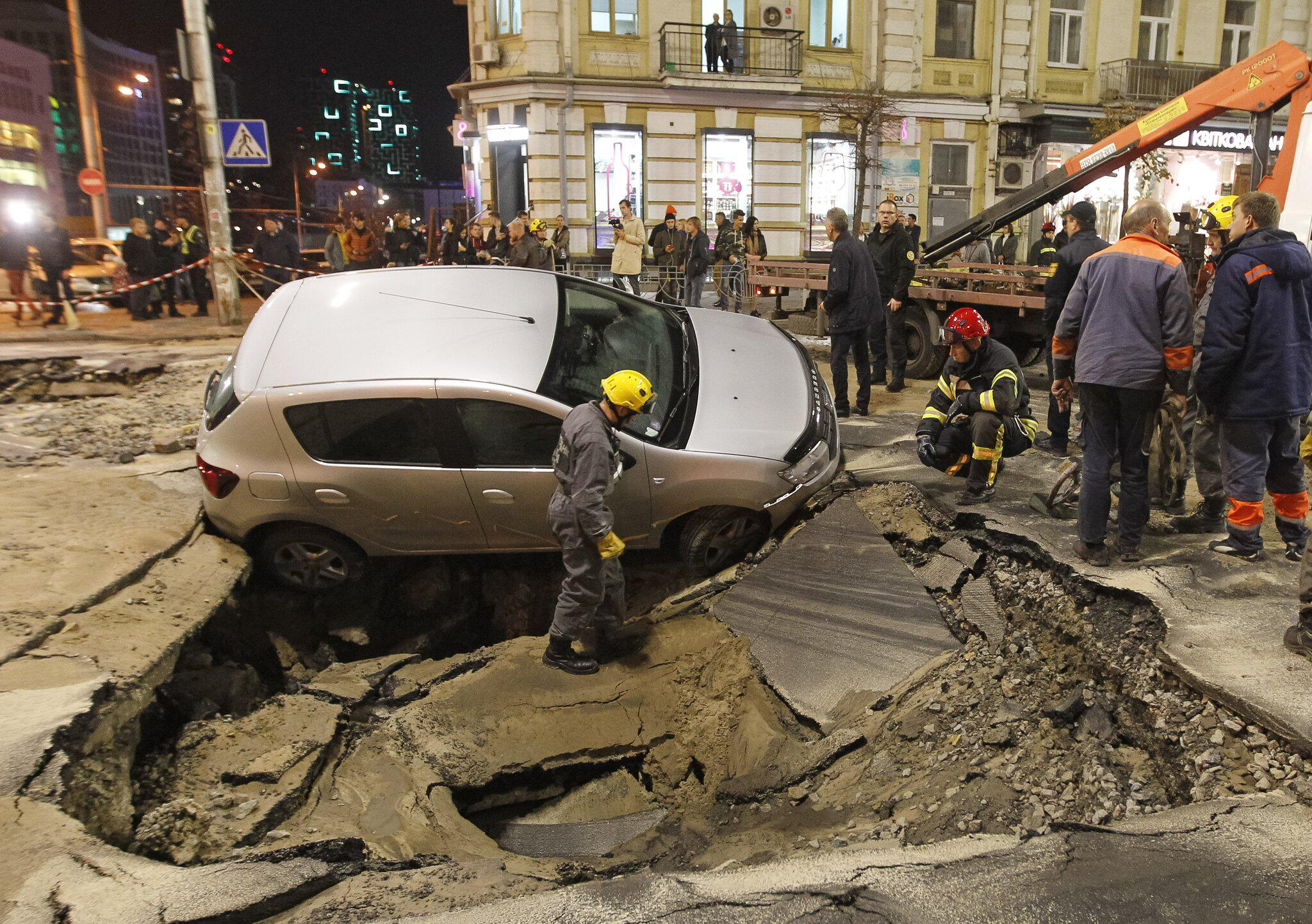 Bild zu Strasse in Kiew sackt nach Rohrbruch ab