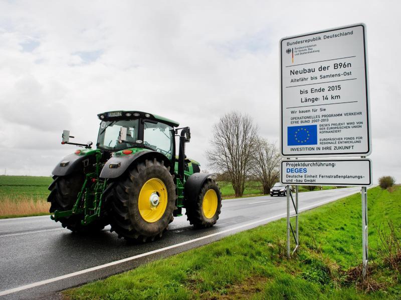 Bild zu Traktor auf der Strasse