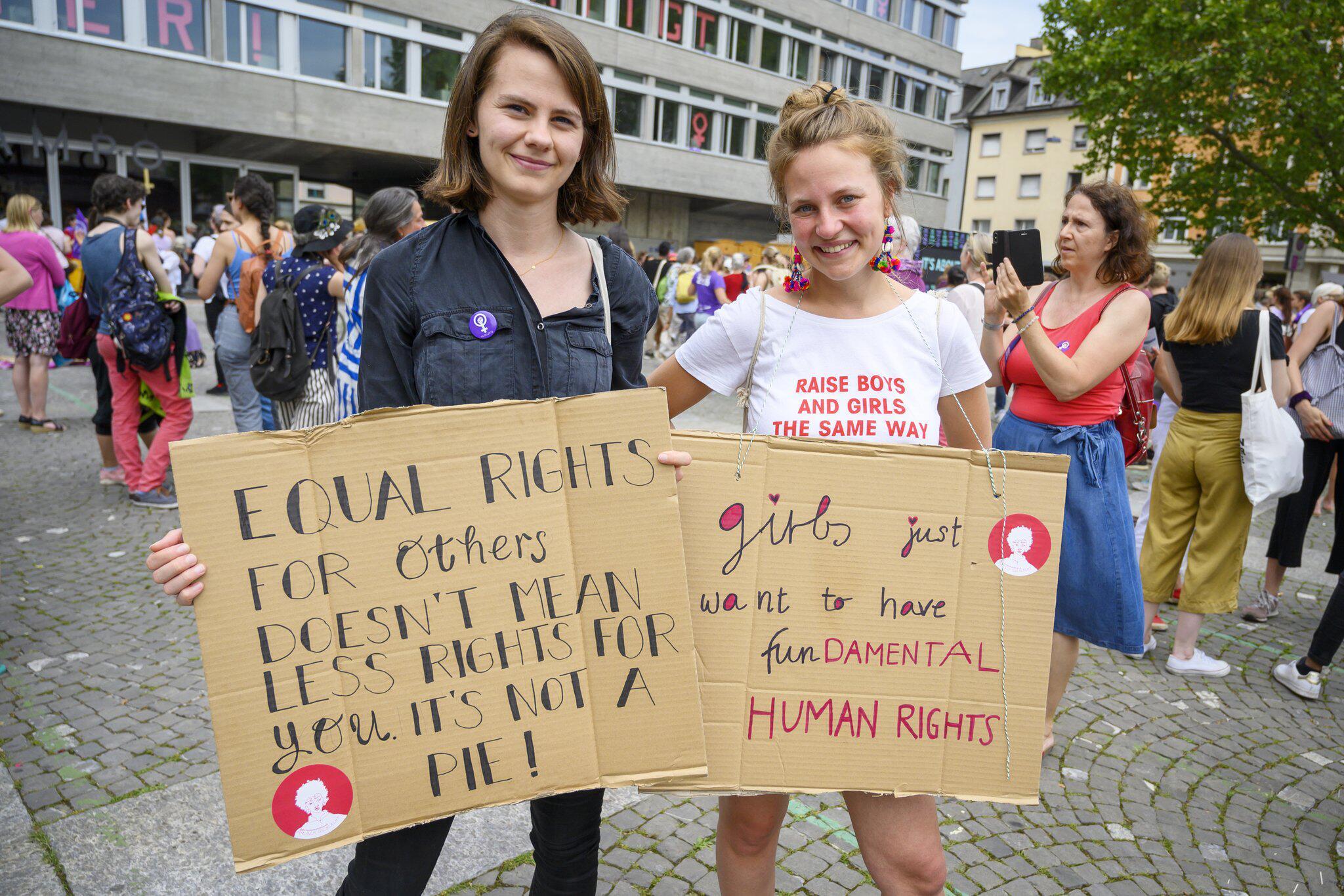 Schweiz: Schweiz: Zehntausende Frauen fordern Gleichberechtigung